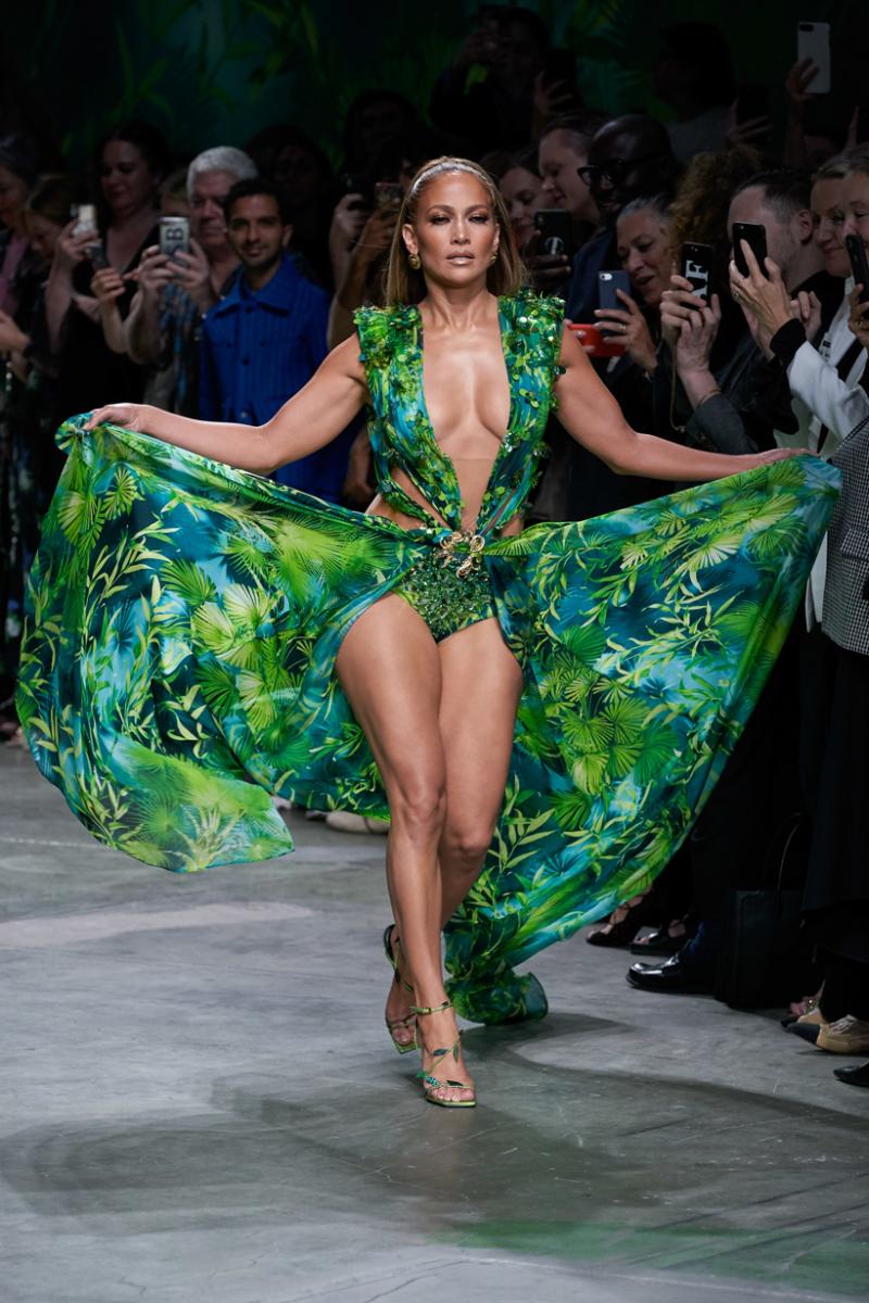 Jennifer Lopez trong chiếc đầm họa tiết cây cọ kinh điển vào năm 2019