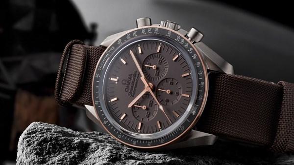 Đồng hồ hiệu Omega tự đổi màu theo ánh sáng - luxshopping.vn - 01