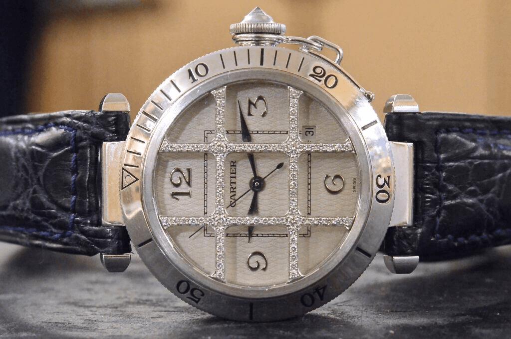 Mô hình Cartier Pasha được giới thiệu vào năm 1985, tái hiện chân thực bản gốc đã từng phục vụ cho Hoàng gia của Cartier vào những năm 1930.