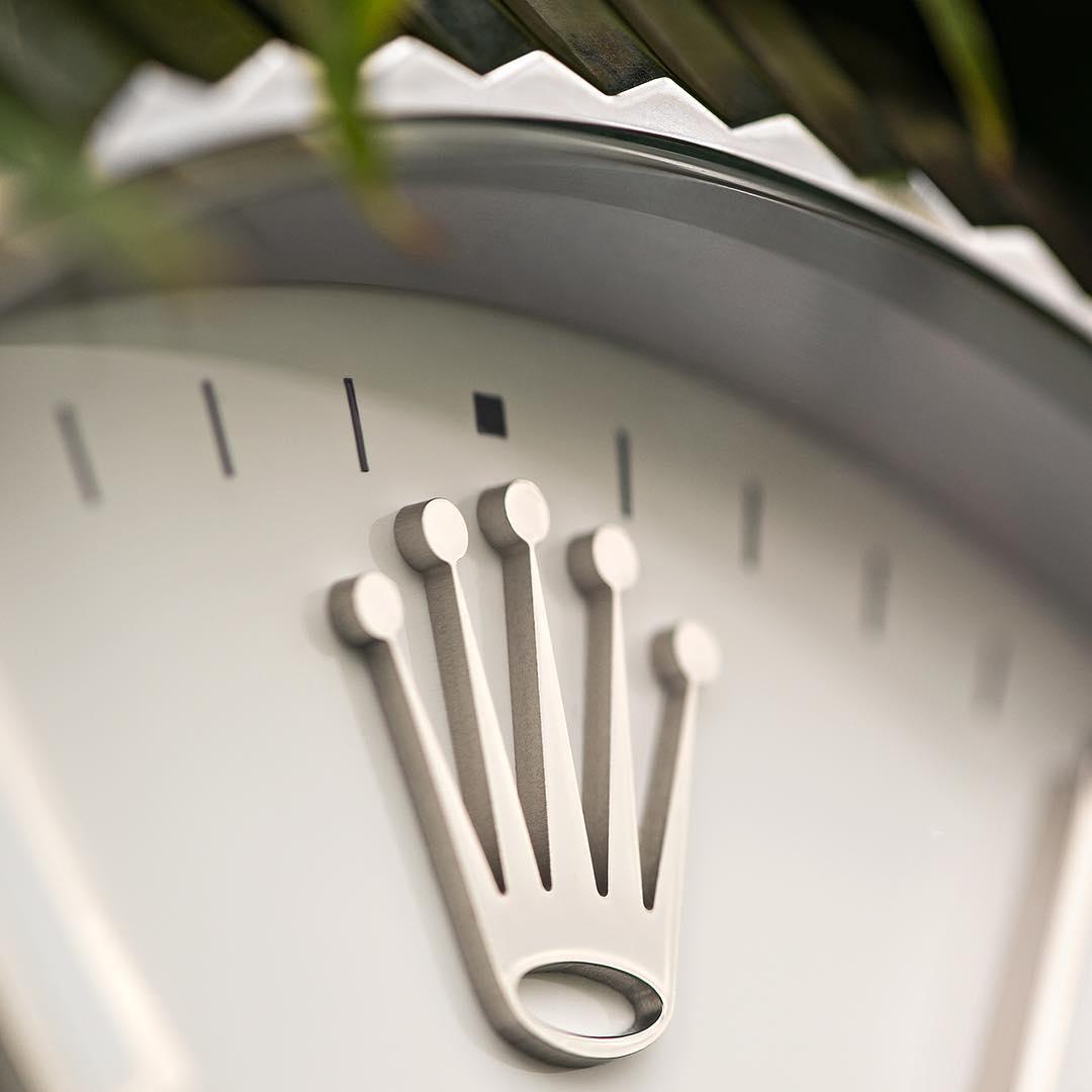logo Rolex trên mặt số đồng hồ